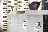Stehtische mit zwei Beinen, die mit dem Kattus Logo versehen sind. Auf dem Tisch Sektgläser mit einer Sektflasche in einem Kühlbehälter. Im Hintergrund verschommene Weinflaschen.