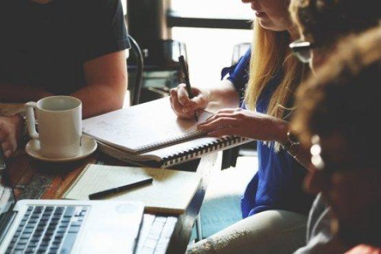 4 Personen besprechen ein Projekt am Tisch
