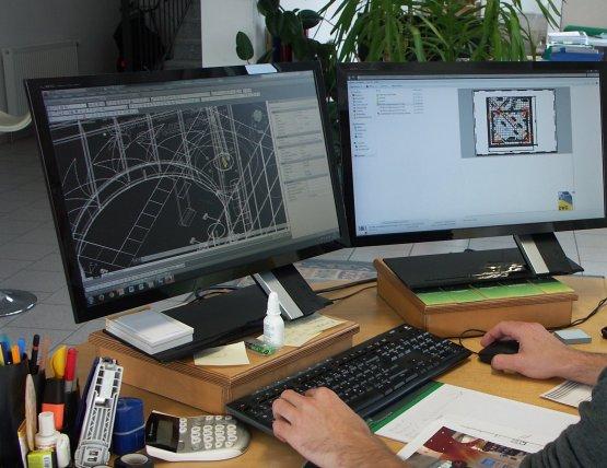Mann, wo nur die Hände sichtbar sind, arbeitet am Computer